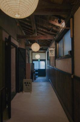YOiNE入口(街中小路)